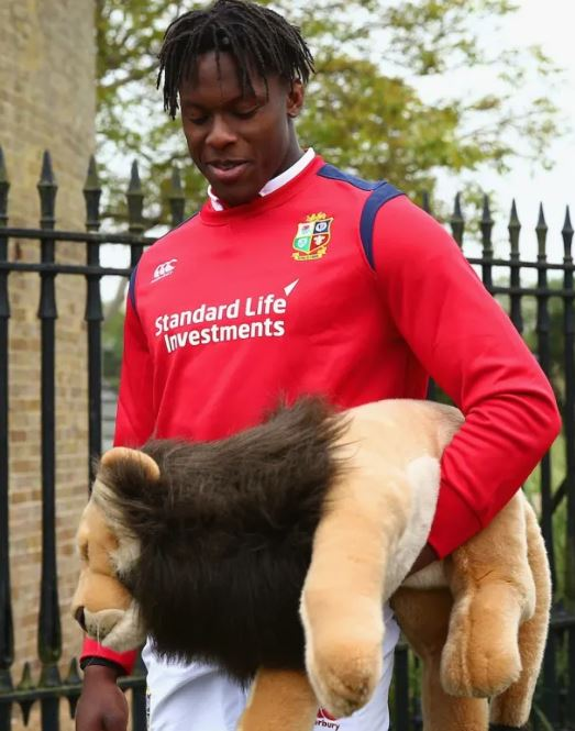Maro Itoje with Lions Mascot BIL